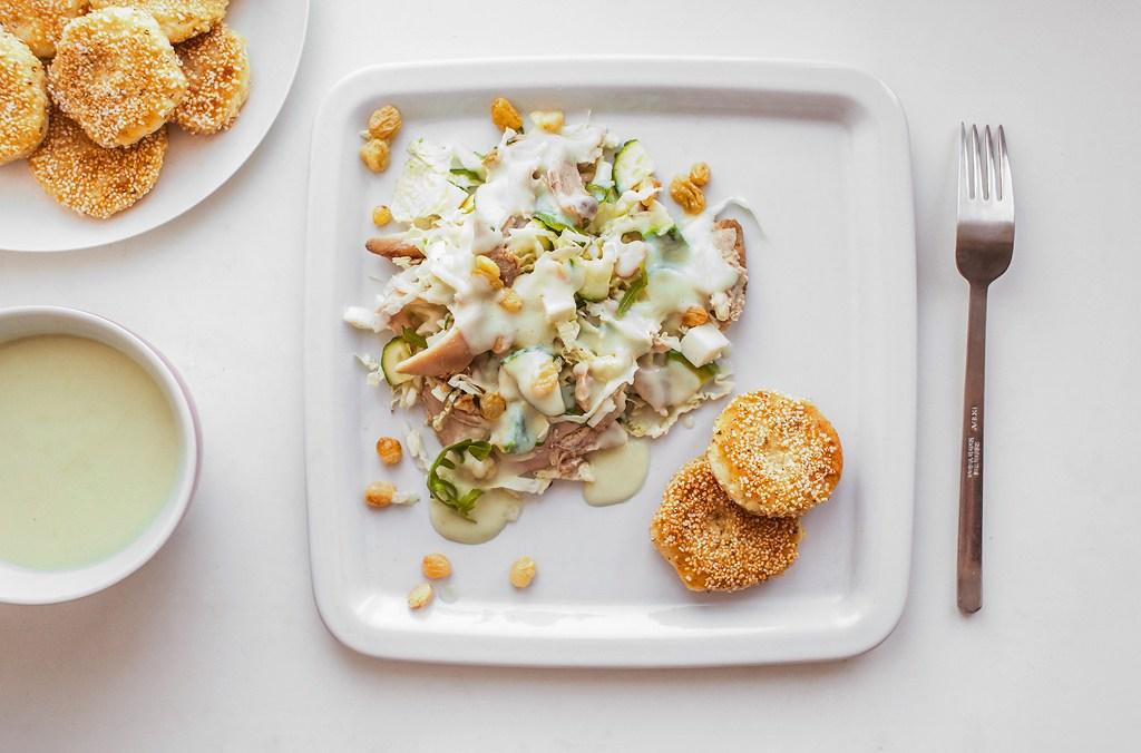 Салат с курицей и сладким соусом