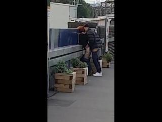 Пассажир в Лондоне, ожидая поезда, снял секс пары на платформе и выложил видео в Сеть