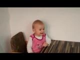 Смешной малыш слушает музыку и прикольно подпевает.