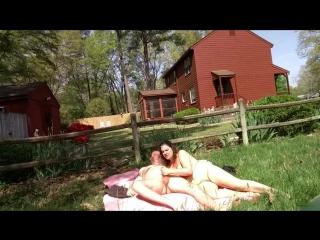 Порно во дворе на лужайке