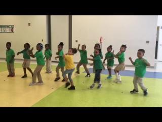 дети в садике учаться танцам