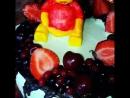 Винни Пух торт с вишневый начинкой украшенный фруктами