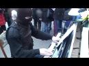 Неизвестный парень в балаклаве охеренно играет