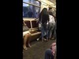 Baki metrosunda qiz ona soz atan oglani soydu