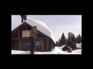 Быстрый и безопасный способ чистки крыши от снега при помощи троса.