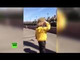 Солдаты приветствуют маленького мальчика на репетиции Парада 9 Мая (1)