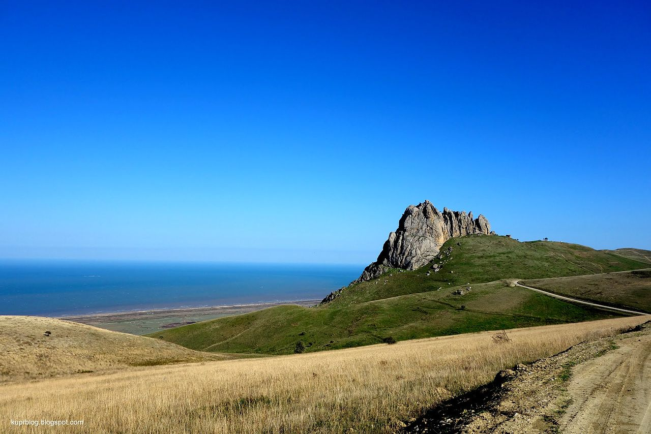 Скала Пир (Бишпарма) на фоне Каспийского моря