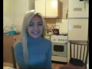 Красивая девушка по вебке говорит с приколом Видео прикол Вебка Веб камера Блондинка Голубая кофта