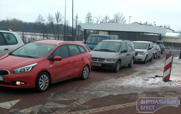 Очереди из легковушек отмечаются на границе с Польшей