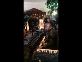 Антон Севидов из Tesla Boy играет на вечеринке IQOS и