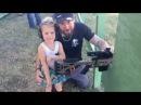 Трирічна дівчина впевнено вправляється з гвинтівкою