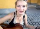 Девушка классно играет на гитаре и поет супер