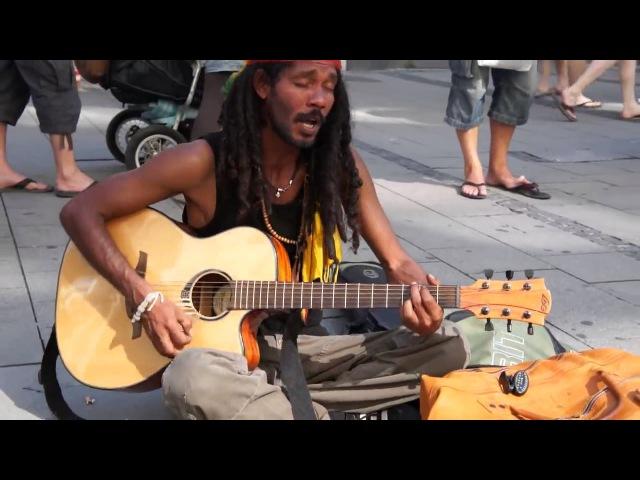 Песни БОБА МАРЛИ на улицах Берлина - Bob Marley - No Woman No Cry (кавер уличного растамана)