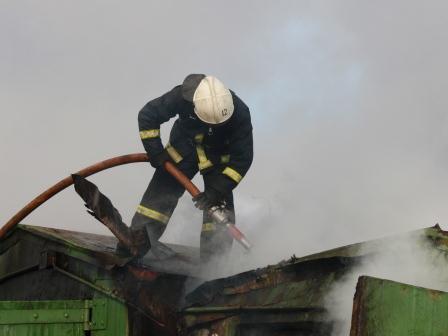В Мурманске 11 пожарных тушили гараж