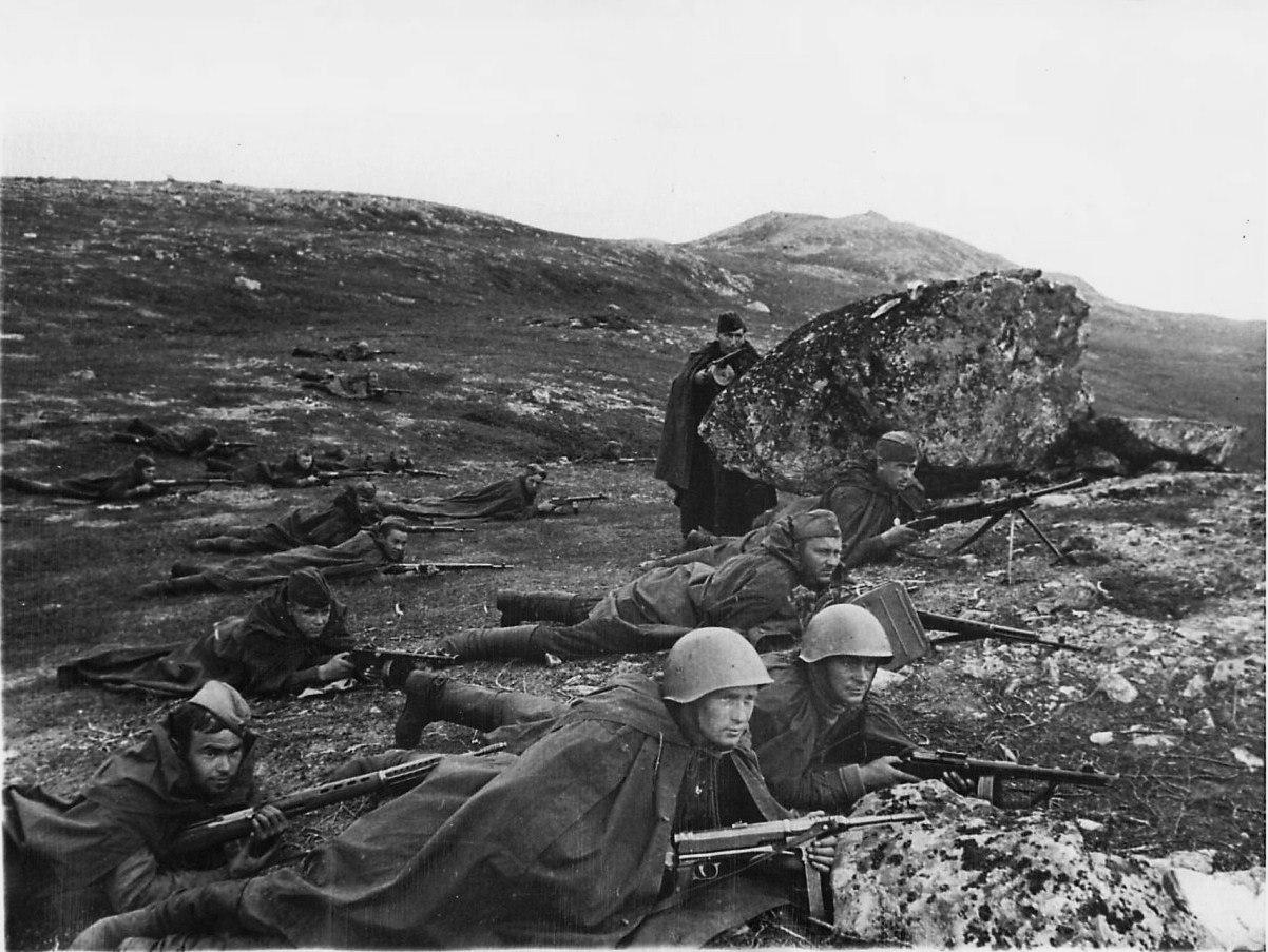 Разведчики морской пехоты под командованием младшего лейтенанта А.А. Петрова в засаде. Кольский полуостров. 1942