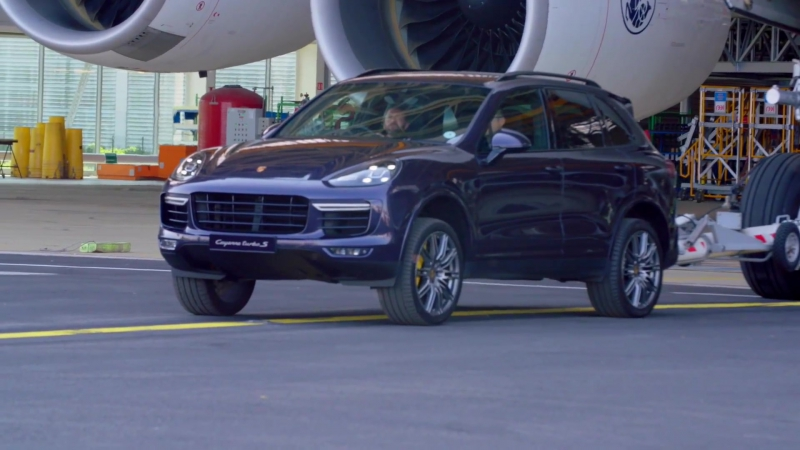 PORSCHE CAYENNE TURBO S 2017 тянет AIRBUS A380 (285 тон) для нового рекорда Гиннеса (Guinness World Records)