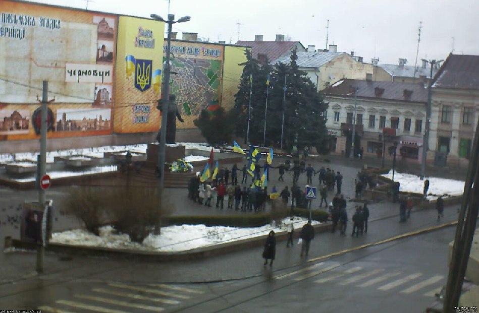 Символічний ланцюг утворили містяни на Центральній площі. До Дня Соборності України