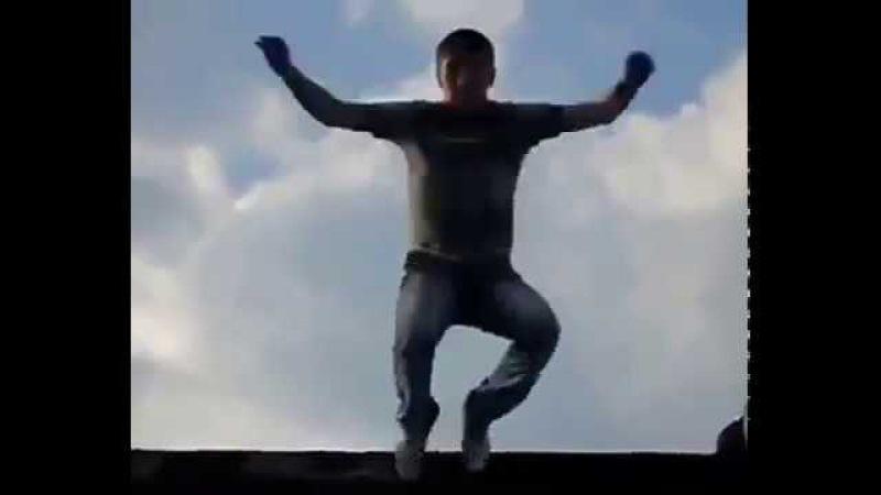 Пацан прыгнул с крыши и начал танцевать!
