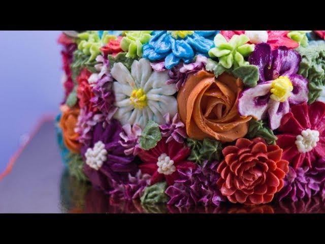 Рецепт торта Шоколадное безумие Выравнивание торта кремом ганаш и украшение цветами