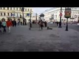 Уличный музыкант поет песню группы Пилот