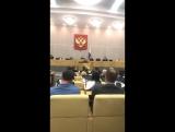 Саша Спилберг выступает с докладом в Госдуме