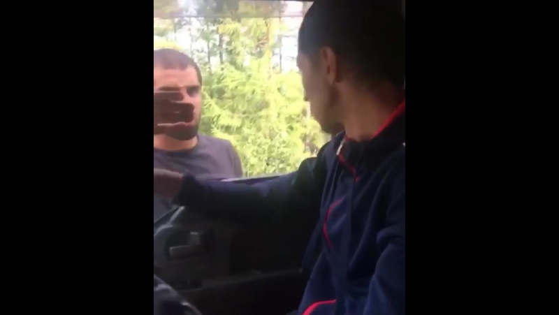 В ходе дорожного конфликта водитель напал на женщину и разбил зеркала