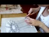 Настя Волосникова режет свою первую гравюру.