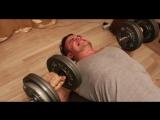 Как накачать грудные мышцы с гантелями дома