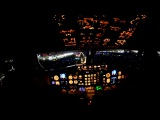 Посадка самолёта в аэропорт дубайCockpit View Emirates Night Landing in Dubai Airport