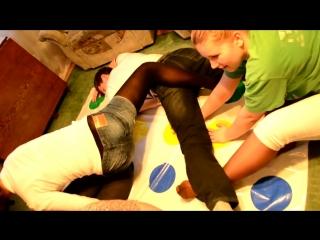 Девушка играет в Твистер в шортиках и колготках / Girl plays Twister in pantyhose and shorts