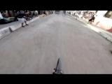 Сумасшедший спуск на велосипеде по городу в Мексике
