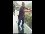 Стеклянный мост в Китае, некоторые в ужасе от страха высоты.