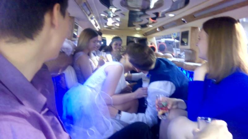 белое платье, синие люди