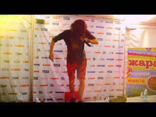 Gogol Bordello танцует на столе. Кубана 2012 | Gogol Bordello dancing on the table. Kubana 2012
