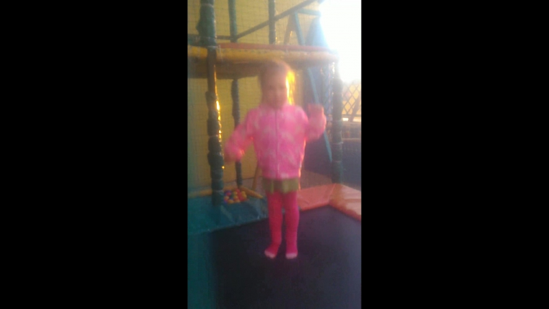 Катя прыгает на батуте
