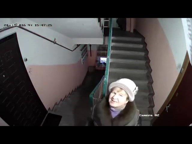 Вандалы в Подъезде или бабки, которым не нравятся камеры)