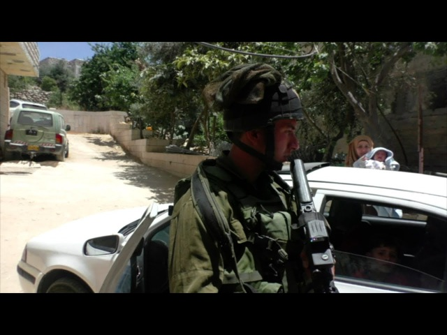 Daily life under occupation in Hebron: Soldiers harass a local family, 25 May 2017