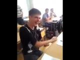 Заразительный смех паренька в школе