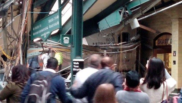 В американском штате Нью-Джерси пассажирский поезд врезался в платформу. Погибли три человека, более 100 пострадали: https://ria.ru/world/20160929/1478152465.html