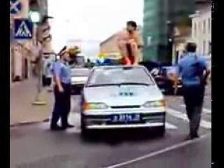 Мужик Решил Насрать на Полицейскую Машину