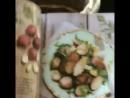 Женевьев листает книгу кулинарный рецептов The Forest Feast Gatherings