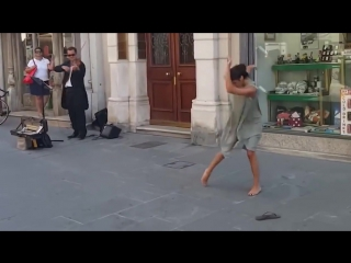 Балерина из Палестины не устояла перед мелодией уличного музыканта