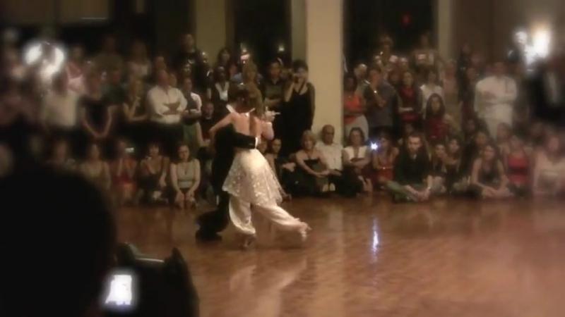 Танцуют Орасио Годой и Сесилия Гарсиа. На губной гармошке играет Хуго Диас