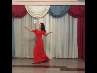 Девушка красиво танцует