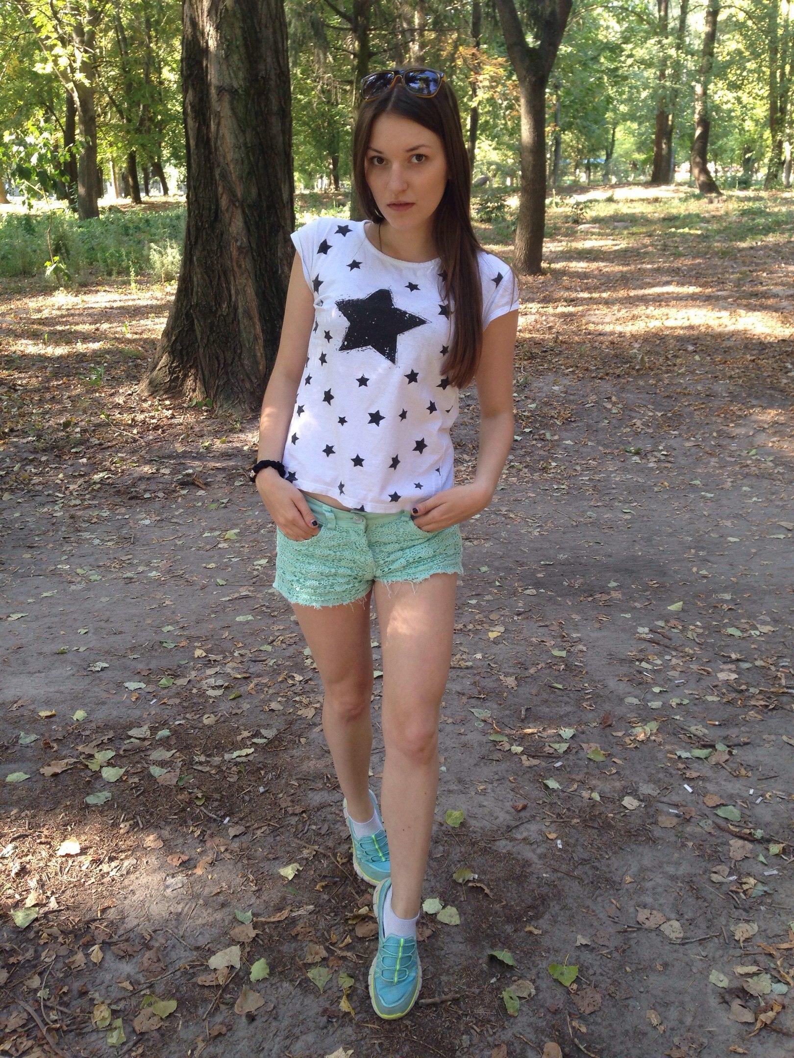 Темноволосая девчонка в коротких шортах