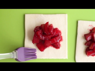 К завтраку: как приготовить несладкие слойки с фруктами?