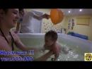 Анна и Кристина 2,5мес.Плаваем в ванне .С мамой веселее