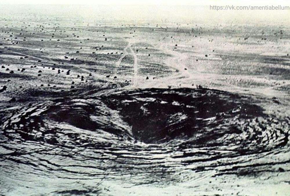 Воронка в эпицентре взрыва на Тоцком полигоне. Сентябрь 1954