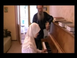 Мусульманка Самира играет на пианино)))