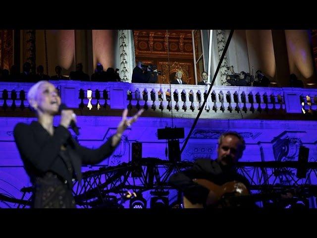 Mariza canta Hino Nacional para Presidente e centenas de jovens na praça do município (09/03/2016)
